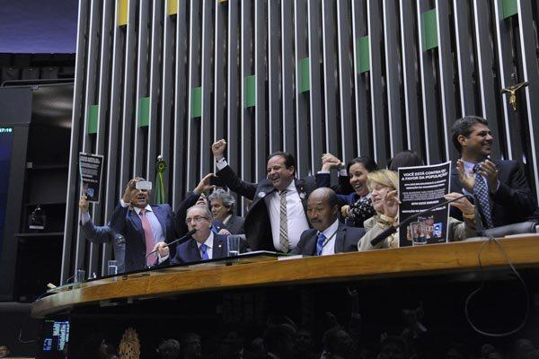 LUIZ MACEDO/AG. CÂMARA - Deputados comemoram aprovação da emenda que reduz maioridade penal para 16 anos