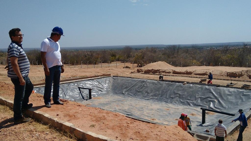 Prefeito Luiz Jairo visita obra do aterro sanitário