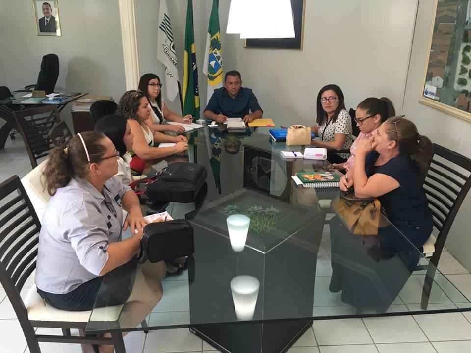 Prefeito Luiz Jairo durante reunião com equipe da Secretaria de Educação