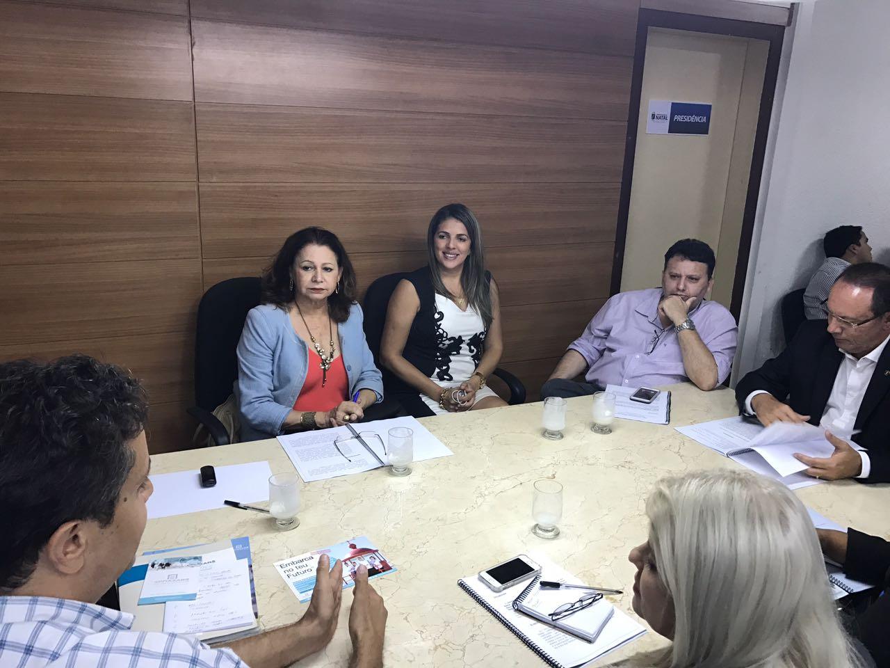 Nina e Raniere em reunião com educadores