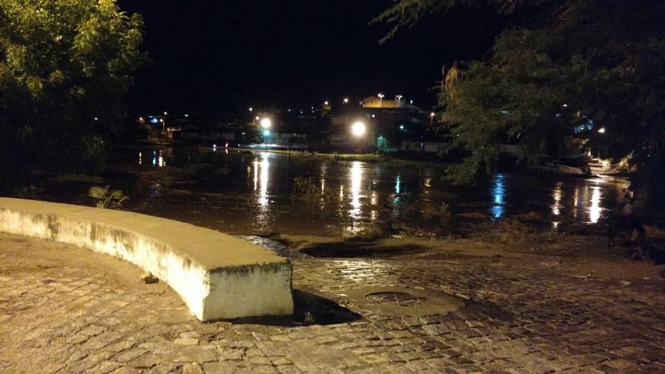 Foto: Passagem molhada entre os bairros Paraíba e João XXIII foi encobertada pelo rio Barra Nova