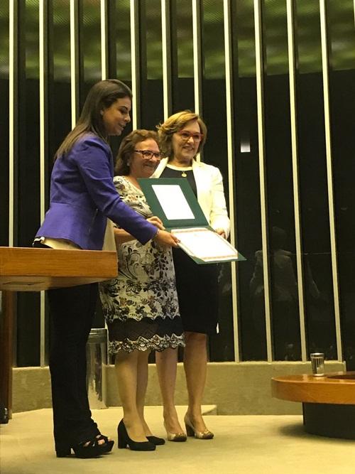 Zenaide Maia entrega o prêmio a senhora Gleide Dias de Medeiros