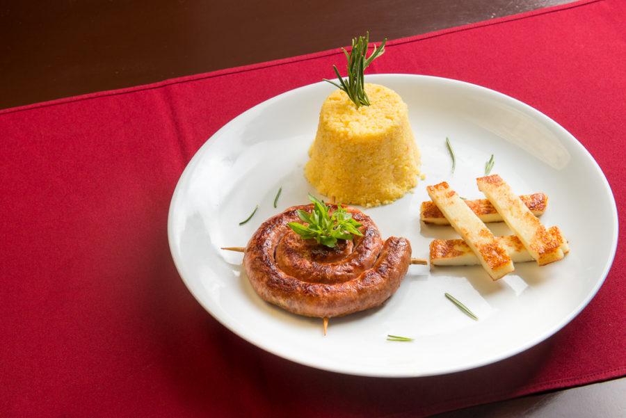 Bem Enroladinho - linguiça artesanal, grelhada na manteiga de garrafa, cuscuz amanteigado e queijo coalho defumado.