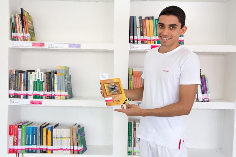 Arlisson Pereira da Silva. Arlysson Pereira vai ajudar na gestão da nova biblioteca e foi um dos primeiros a fazer empréstimo