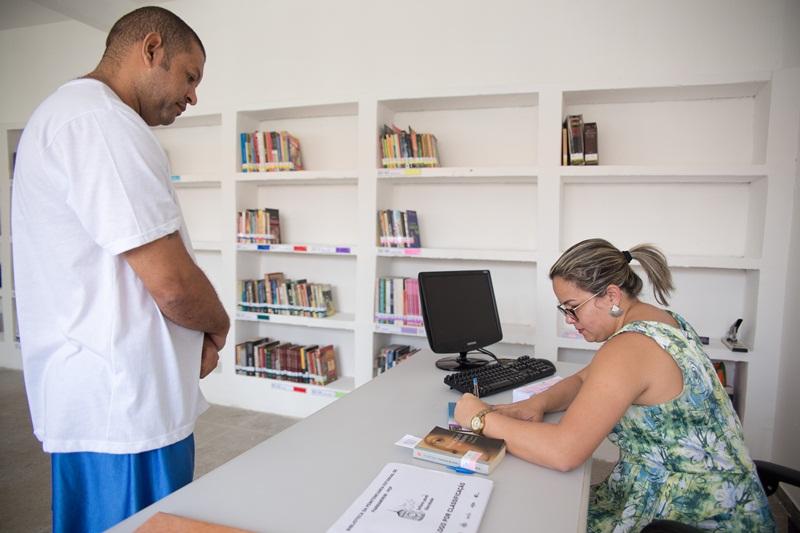 Rodrigo foi o primeiro apenado a pegar um livro na nova Biblioteca. Mais de 1400 exemplares doados foram selecionados por bibliotecários da UFRN para montar o acervo de acordo com temas, que possam contribuir na qualidade de vida dos leitores