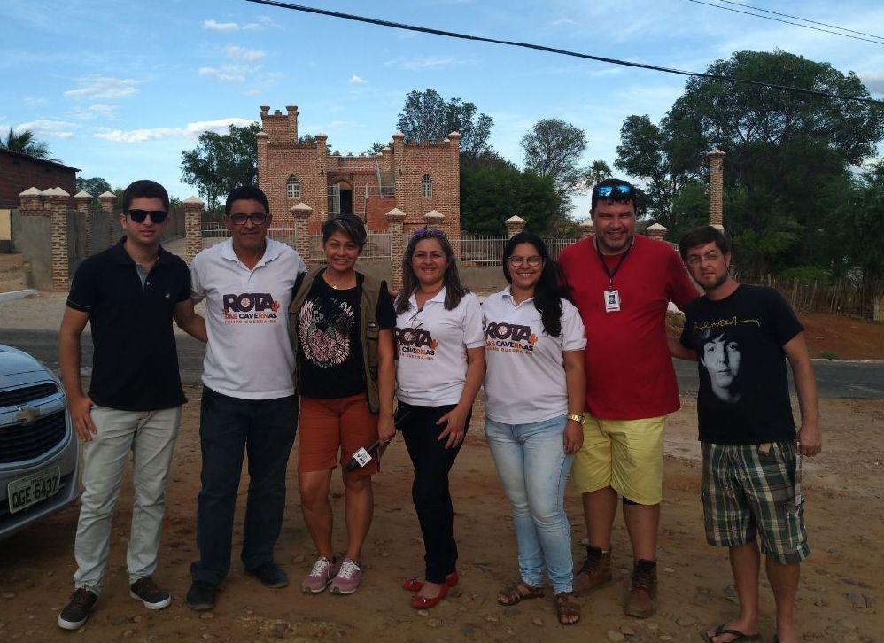 Equipe produtora de vídeo reportagem em visita ao Castelo Dona Ritinha.Foto.Salomão Medeiros.Divulgação