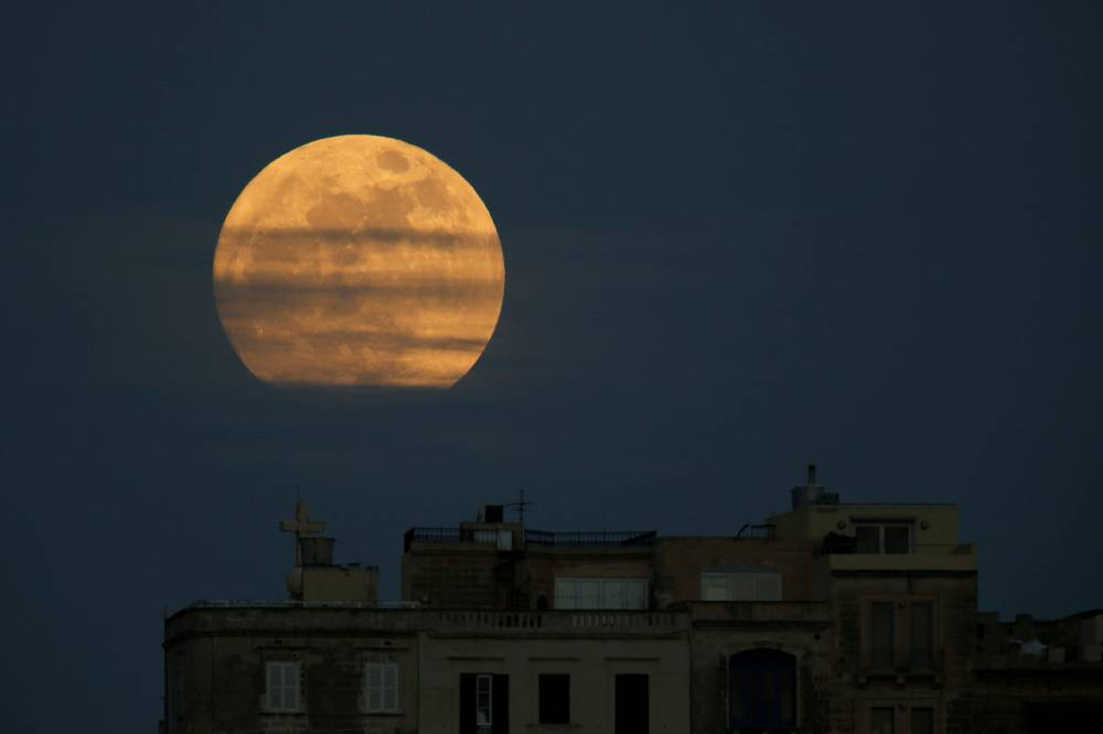 A primeira Superlua de 2018 é vista entre algumas nuvens na cidade de Pieta, em Malta - 01/01/2018 (Darrin Zammit Lupi/Reuters)