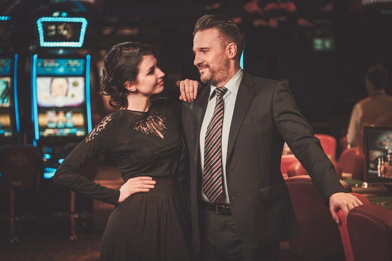 Well-dressed couple in a luxury casino interior Imagem: Bigstock