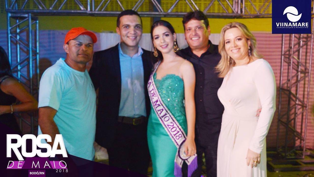 Rosa de maio eleita Maria das Vitórias, ao lado do Sec de turismo Valdinho filho , prefeito Marcelo filho e sua esposa