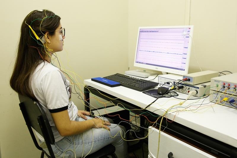 Voluntários são submetidos a alguns testes psicofisiológicos, por meio de uso de aparelhos como eletroencefalogram - Foto: Wallacy Medeiros