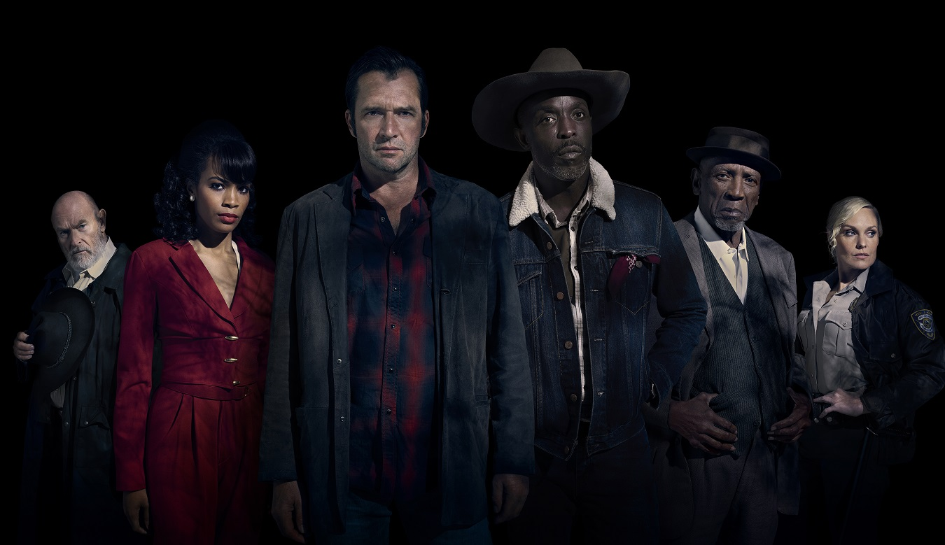 "Corbin Bernsen as Chief Cantuck, Tiffany Mack as Florida Grange, James Purefoy as Hap Collins, Michael K Williams as Leonard Pine, Louis Gossett Jr. as Bacon, Laura Allen as Officer Reynolds - Hap and Leonard: The Two-Bear Mambo _ Season 3, Gallery - Photo Credit: James Minchin III/SundanceTV - Elenco da terceira parte de ""Hap and Leonard"""
