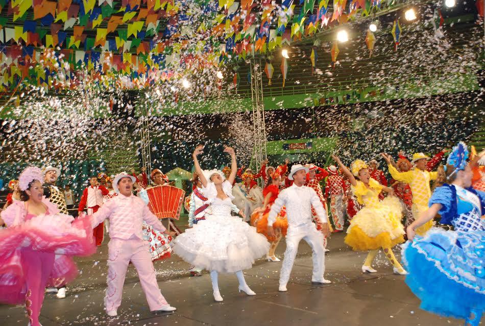 Cultura GERALDÃO RECEBE SEGUNDO DIA DAS FINAIS DO FESTIVAL DE QUADRILHASBrilho, colorido, animação, gritos de guerra. Esses foram alguns dos ingredientes encontrados na noite desta sexta-feira (25), no Ginásio de Esportes Geraldo Magalhães Geraldão, que recebeu cerca de quatro mil pessoas. O público conferiu o segundo dia da final do grupo 1, do 36º Festival Pernambucano de Quadrilhas Juninas, promovido pela Prefeitura do Recife, por meio da Fundação de Cultura Cidade do Recife (FCCR). A primeira agremiação a entrar no palco foi a Blemo?Art, da cidade de Goiana, que trouxe como tema as festas e festejos juninos do São João. Crédito: PAULO LOPES/Prefeitura do Recife – 25.06.10