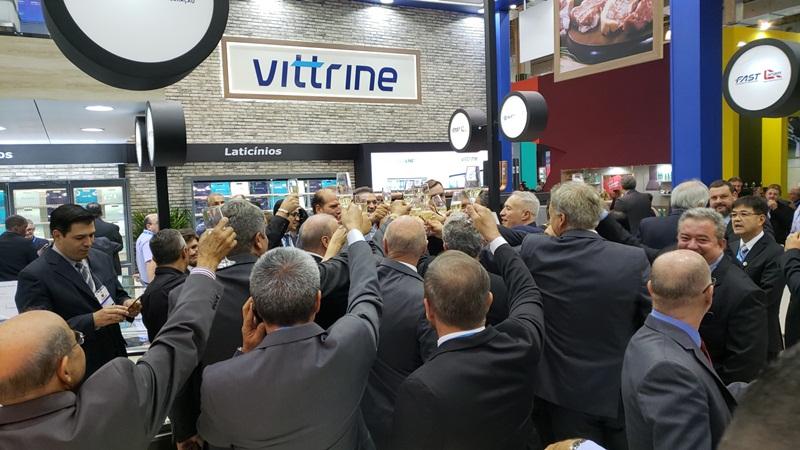 Brinde dos supermercadistas e equipe da Eletrofrio ao lançamento da Linha Vittrine